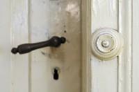 Alter Klingelknopf an alter Tür
